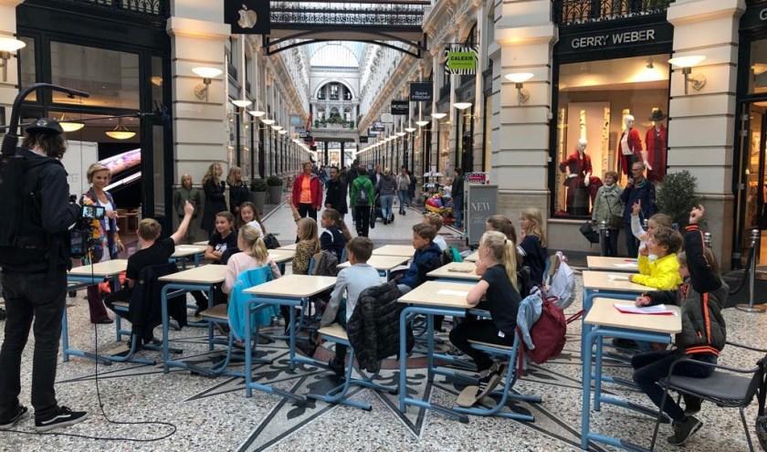 Woensdagmiddag verplaatsten 30 leerlingen van groep 7 van de Openbare Basisschool Houtrust aan het Nachtegaalplein hun klas naar de Passage in de Haagse binnenstad.