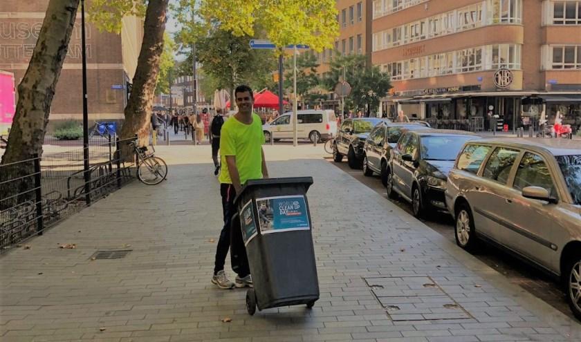 Organisator Hugo Schepers loopt voorop tijdens 'schoonmaakwandeling'