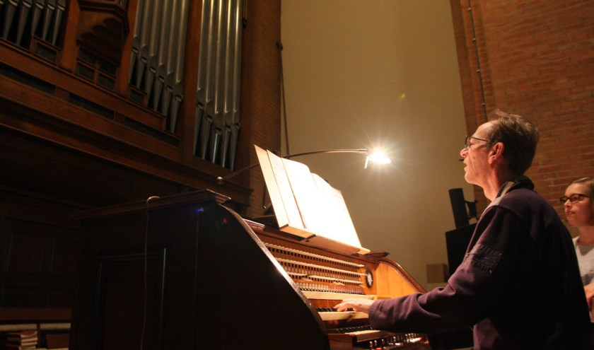 Organist Frans Thomassen speelde 19e eeuwse kerkorgelmuziek op het Ademaorgel. (Foto:Eveline Zuurbier)