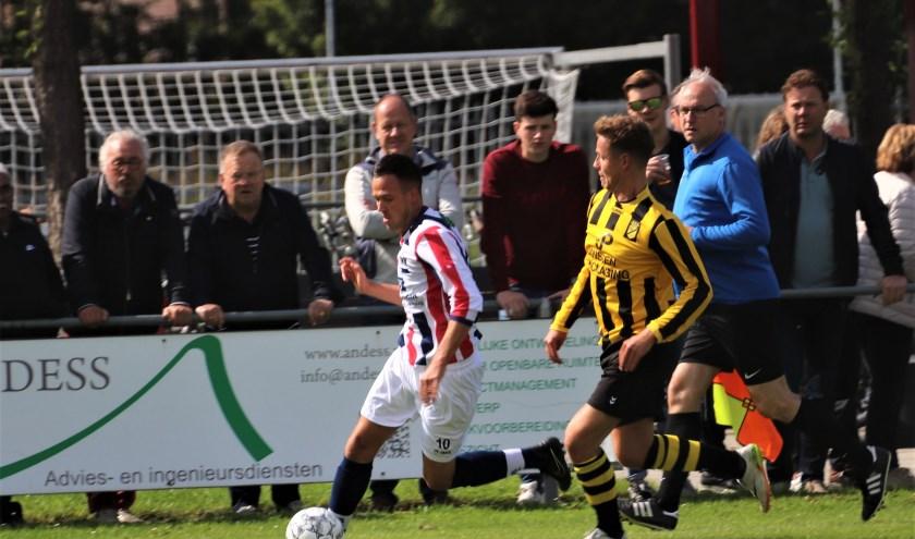 RWB was tegen Baardwijk de bovenliggende partij, maar verloor wel met 1-2. Hier rent Michael Roosenbrand langs Baardwijk-verdediger Guus Beerens. Foto: Wout Pluijmert