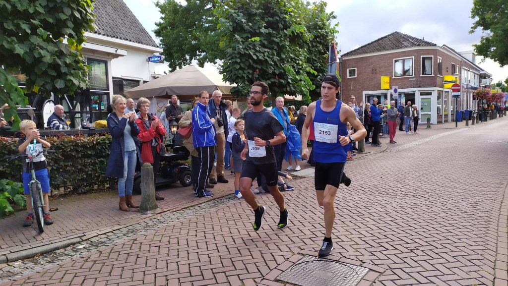 De eerste twee mannen die de eerste ronde van de 12km hebben doorkomen. Foto:  © DPG Media