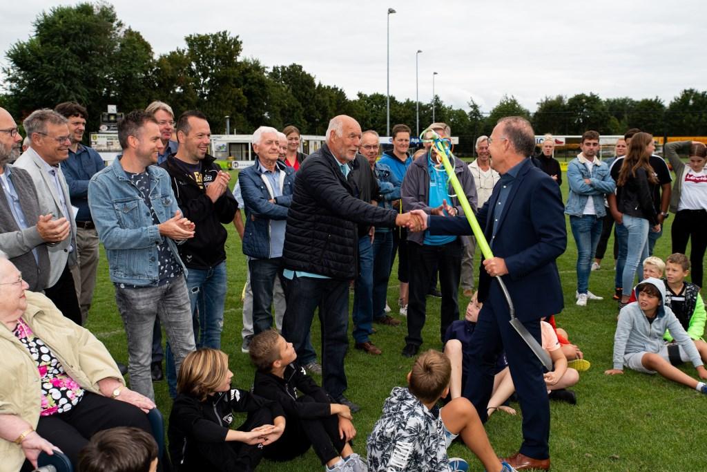Symbolische overhandiging van 'de eerste schop'. (Foto Herman van Beek)  © DPG Media