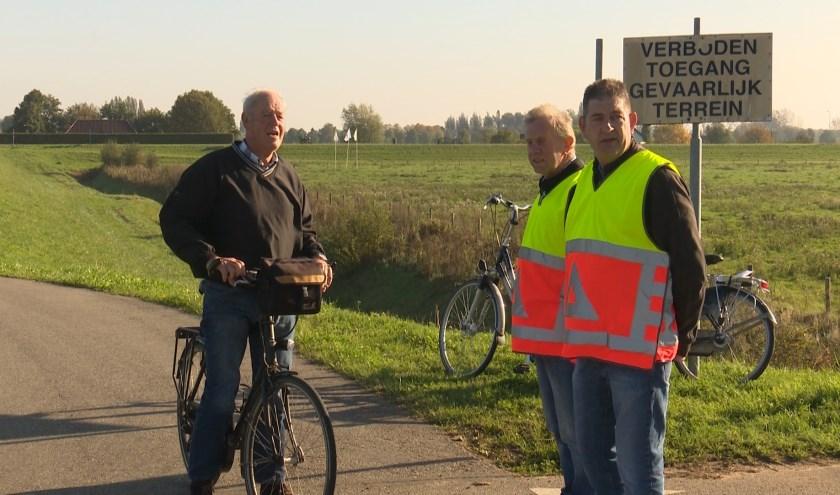 Tijdens de Archeologiedagen leiden verkeersregelaars het publiek in goede banen. (Foto Jos  Kruisbergen)