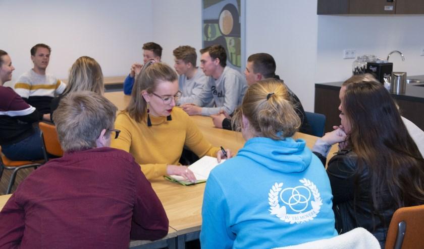 Jongeren gaan samen met medewekers van Welzijn West Betuwe aan de slag met hun plan. (foto: Stijn Brokx)