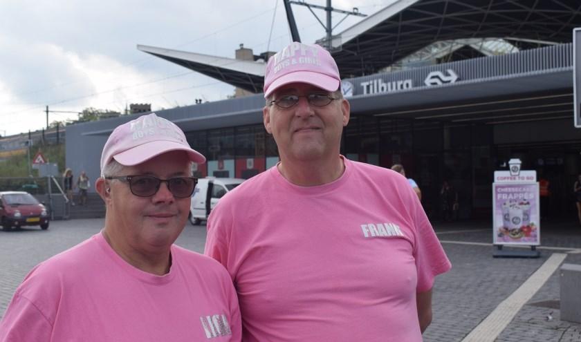 In hun roze petjes en felroze shirt met glitterende letters zijn Leon van Gelooven en Frank Visser een opvallende verschijning.