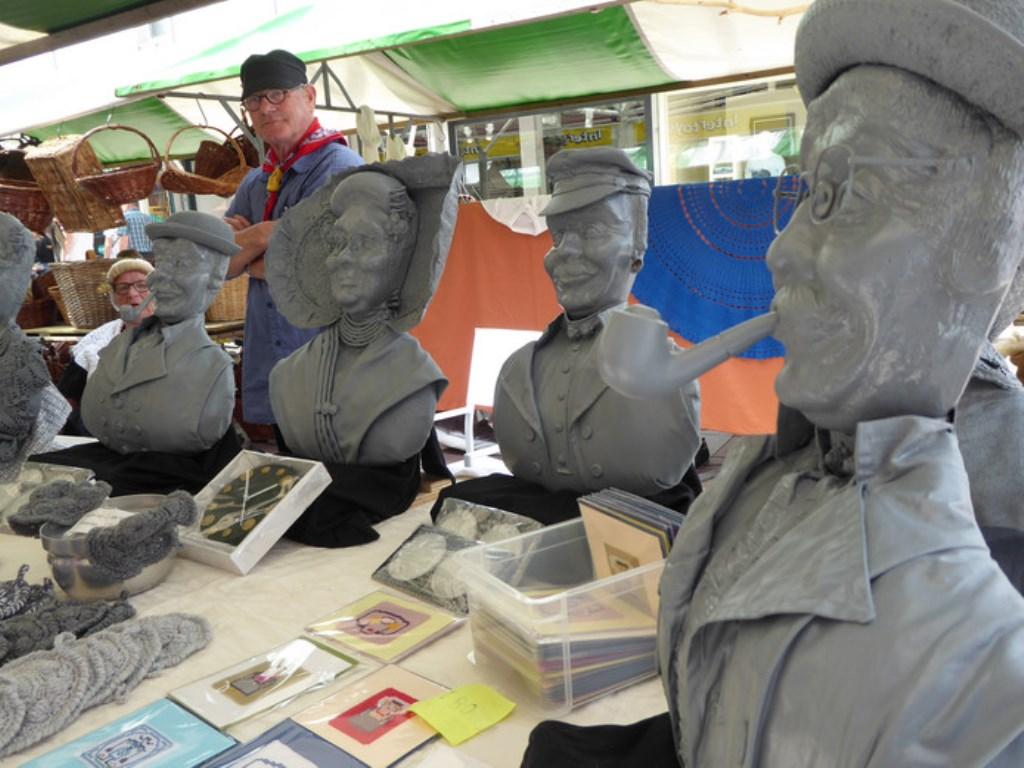 De familie Lomwel presenteert een aantal Zeeuwse borstbeelden.   © DPG Media
