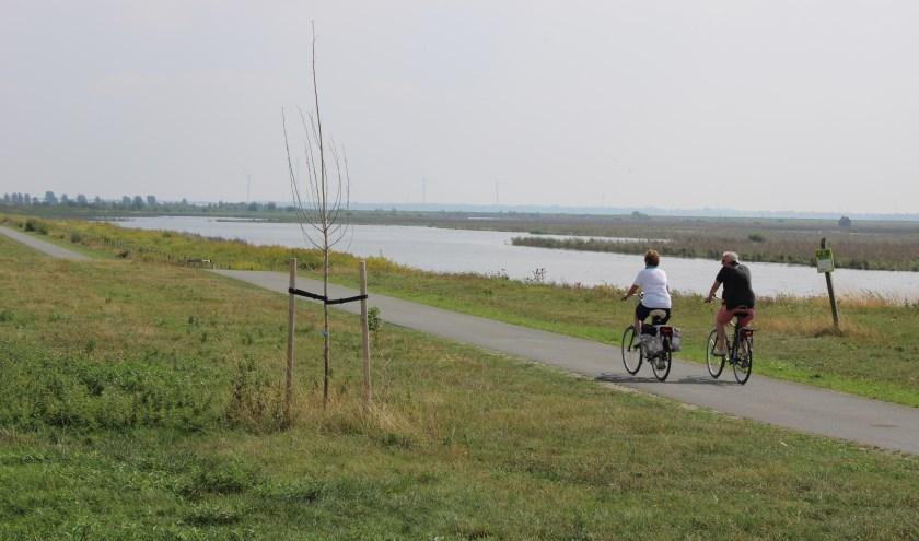 Tijdens de twee uur durende fietstocht over deels onverharde paden neemt de gids je mee over het eiland. (Foto: Annette den Dulk)