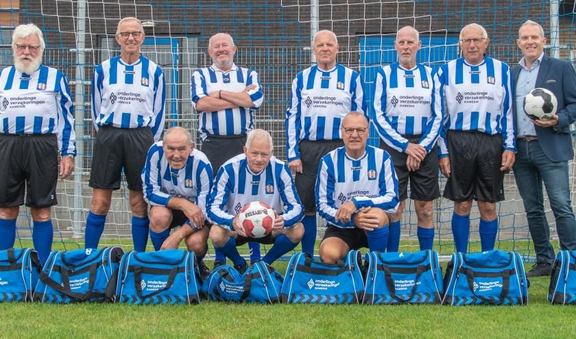 Het Walking Footbal team in het nieuwe tenue.