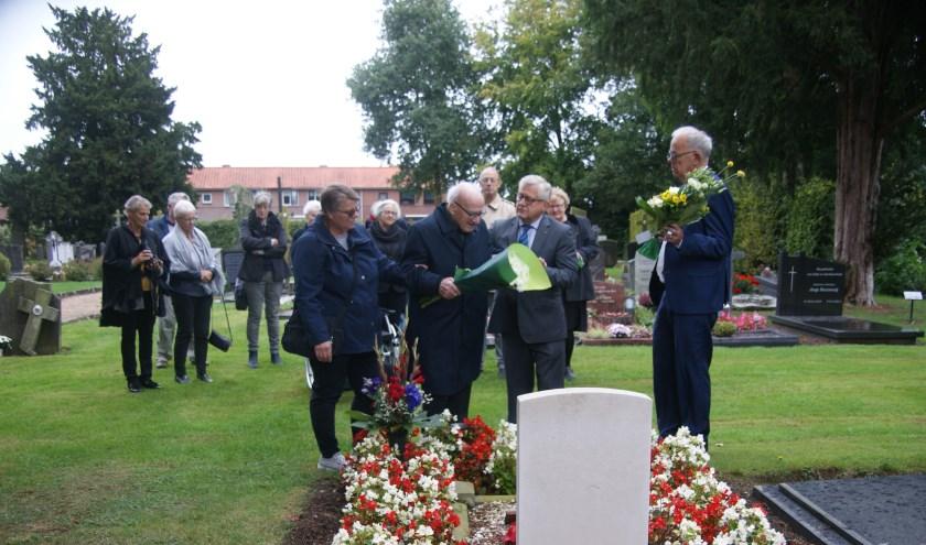 De aanwezigen bij de herdenking bij het graf van Peter Burke Hill