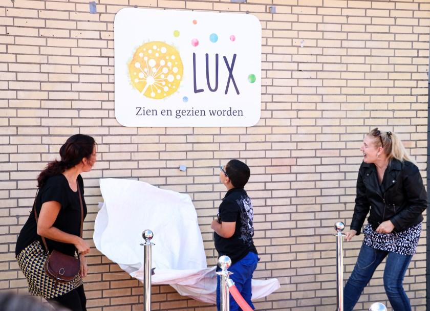 Leraar Evelien Safia (links), Damian, leerling groep Bijen (midden), Antoinette van Schaik, moeder van Riano (rechts). Foto: Anne de Vromen