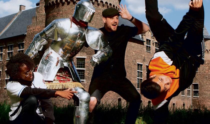 Op de foto met een ridder, het kan op zondag 15 september bij Kasteel Helmond. Foto: Helmond Marketing.