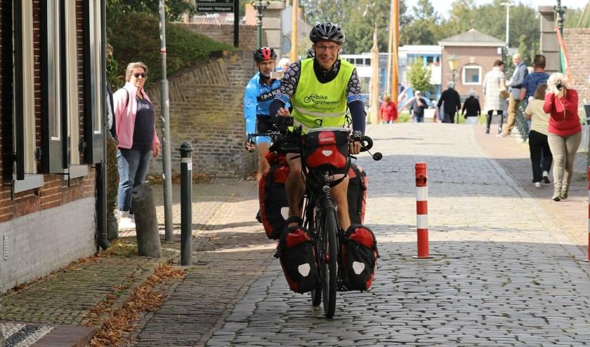 Maurice van Es is in zeven weken van de Noordkaap naar zijn woonplaats Elburg gefietst om aandacht te vragen voor 2bike4alzheimer en Alzheimer. Hij kwam op 8 september aan na 5000 km. (Foto: Janinne Kroeze)
