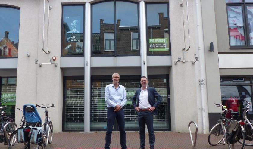 Eigenaar Henk Karssen en Robbert van Hal van CMC Bedrijfsmakelaars staan voor de voormalige sportwinkel Karssen in het Maandereind (foto: Diana Kervel)