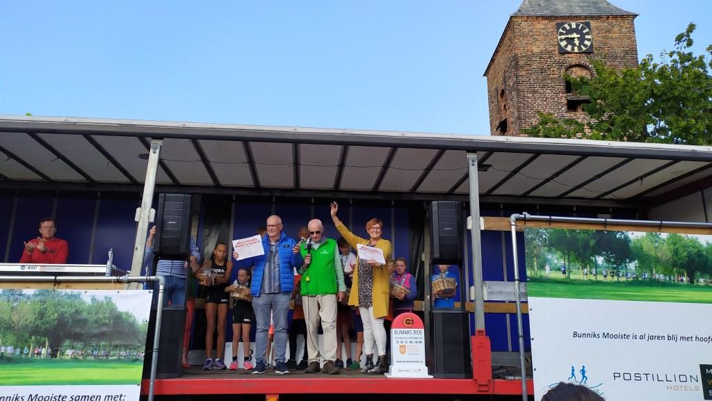 Henk en Wil stoppen met de sponsoring van de Henk en Wil kinderloop. Zij kregen een oorkonde. Foto:  © DPG Media