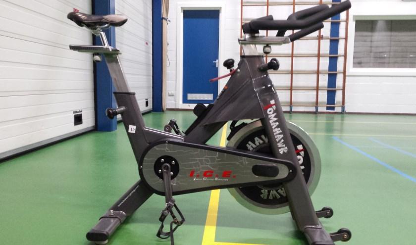 Een spinningbike in de sportzaal.