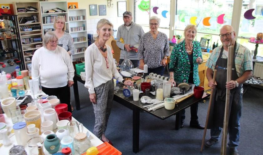 De teleurgestelde vrijwilligers van de Weggeefwinkel gaan vol goede moed door, ook al is de toekomst onzeker. (Foto: Lysette Verwegen)
