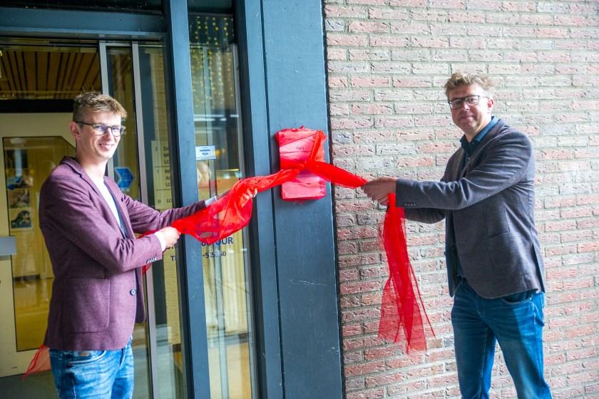 Onthulling certificeringsbord door wethouders Mathijs ten Broeke - en Henk van Zeijts. (Foto: Pim Helmich)