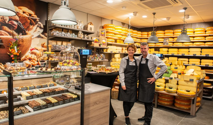 Joyce en Richard Barnhoorn in hun vernieuwde kaaswinkel: Alexanderhoeve Epe in de VeluwePoort. Foto: Dennis Dekker
