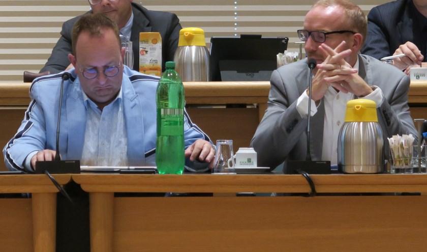 Hans Démoed (links) en Peter van der Valk van de rekenkamer tijdens de commissievergadering. (foto GvS)