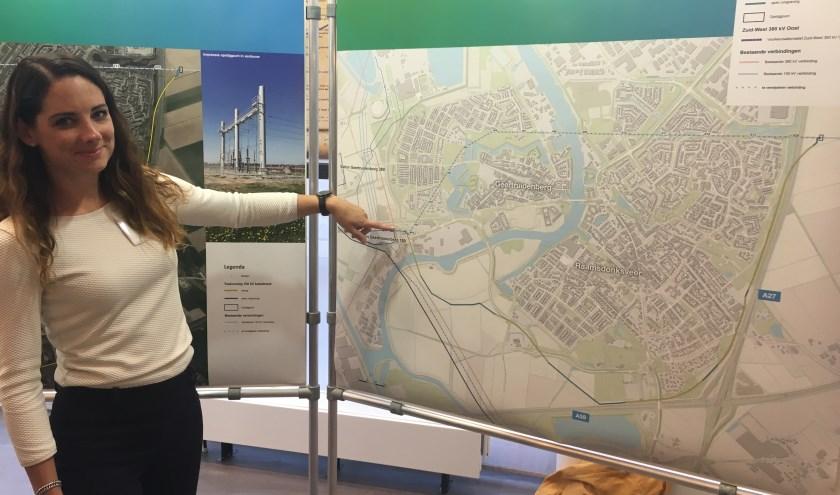 Diana Kummeling wijst het startpunt aan van het 150kV tracé. (foto: Judith Prakke)