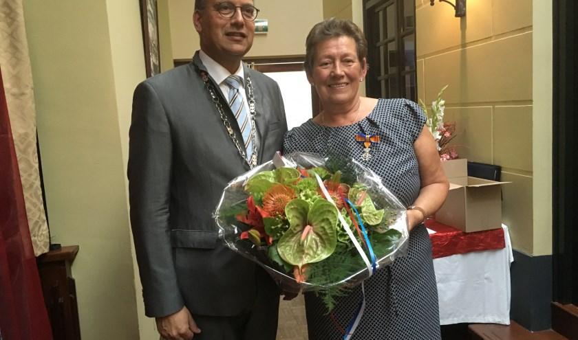 Mevrouw Dinie Gasseling-Ten Brink was enigszins beduusd door de Koninklijke Onderscheiding die ze ontving. (foto: Karin van der Velden)