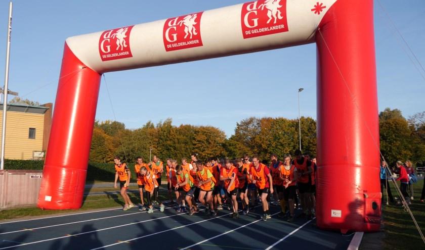 Start en finish van de Veluweloop is zoals vanouds op de blauwe atletiekbaan van Sportcentrum De Bongerd.