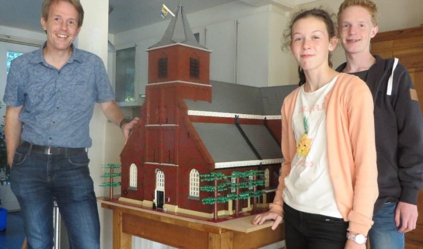 Erik, Marit en Tom van Well bij 'hun' Alexanderkerk.