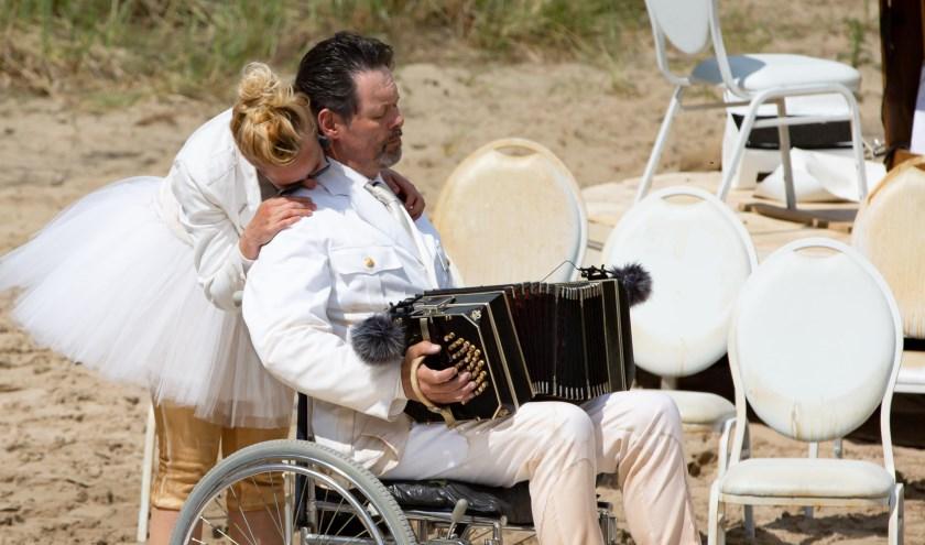 Carel Kraayenhof tijdens de voorstelling op Oerol als Papa Tango, in een rolstoel terecht gekomen door een beroerte.