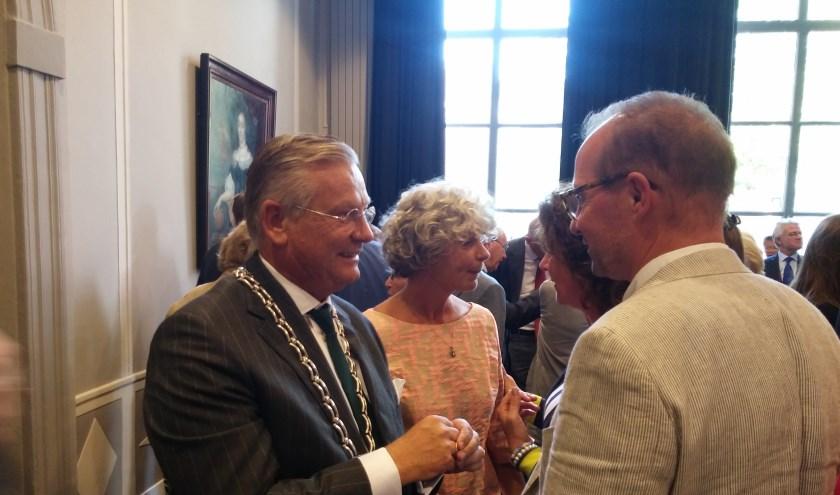 Pieter van Maaren, de kersverse burgemeester van Zaltbommel en zijn vrouw bewegen zich makkelijk tussen de mensen.
