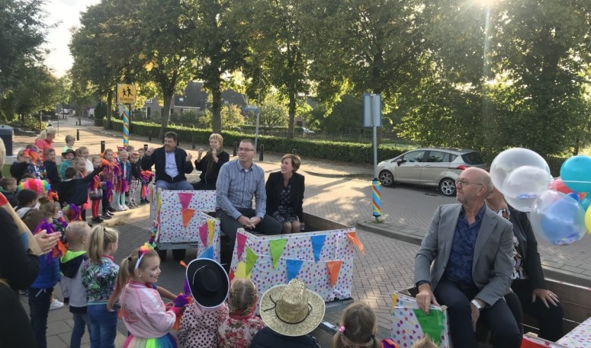 De vrolijke versierde Deken Wehmeijerexpress in de Kiss&Ride zone bij de Brede School in Velddriel