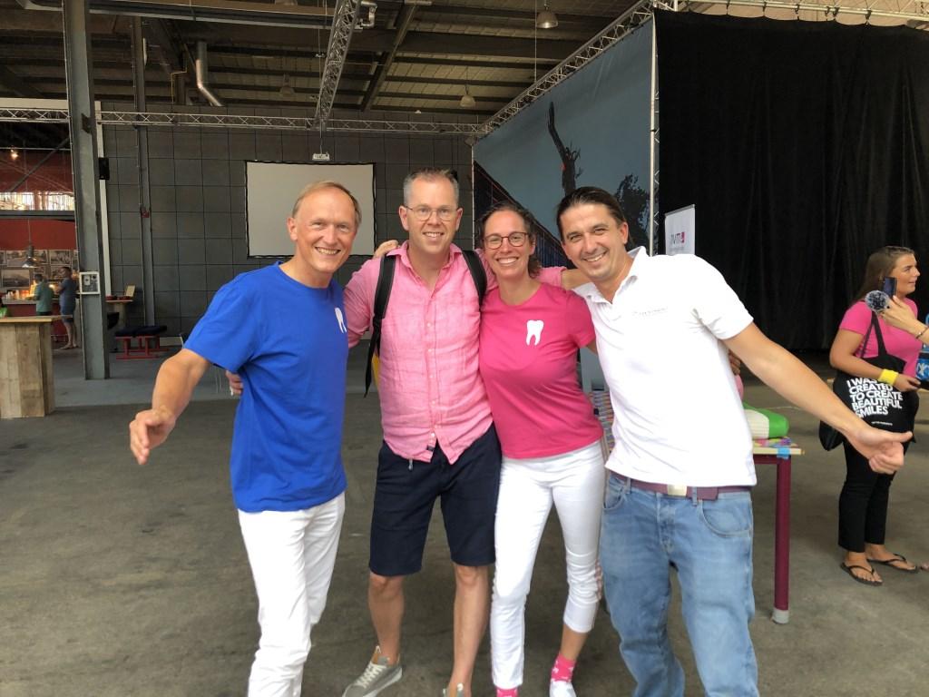 Lieneke Jorna met de tandartsen Alexander Tolmeijer (links) en Manuel Rose (rechts) en met knmt-bestuurder Richard Kohsiek.  © DPG Media