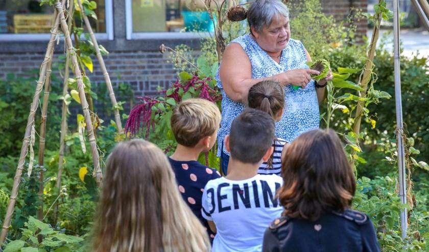 """Marjo zag het contact met de vele collega's, kinderen en ouders steeds weer als een positieve uitdaging: """"Je bent als leerkracht van het jonge kind na de ouders de eerste vreemde voor het kind."""""""