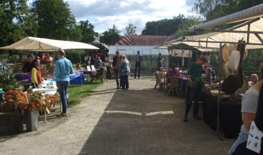 Kramen met tal van mooie en heerlijke producten maken deel uit van het Oogstfeest op Landgoed De Zonnebloem.