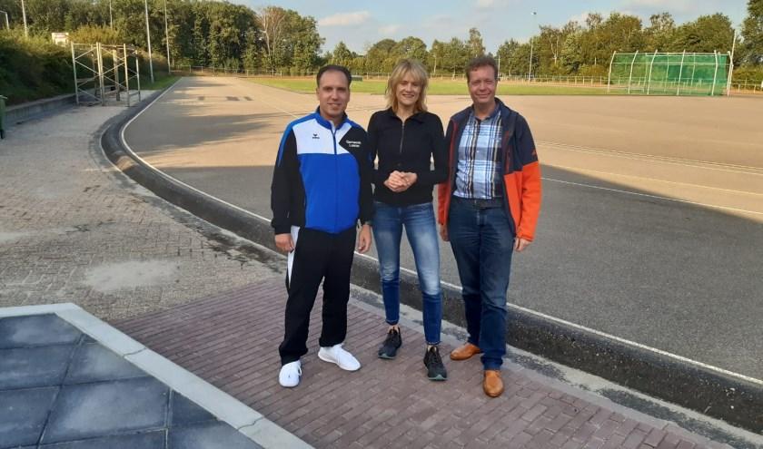 Buurtsportcoach Jurgen Schiphorst, initiatiefneemster Marian Freriks en Jinne Stienstra van AV Iphitos bij de baan.