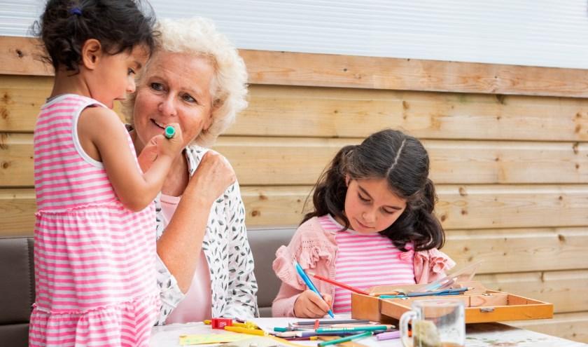 Een vrijwilliger neemt de tijd om een luisterend oor te bieden of iets gezelligs doen met de kinderen.