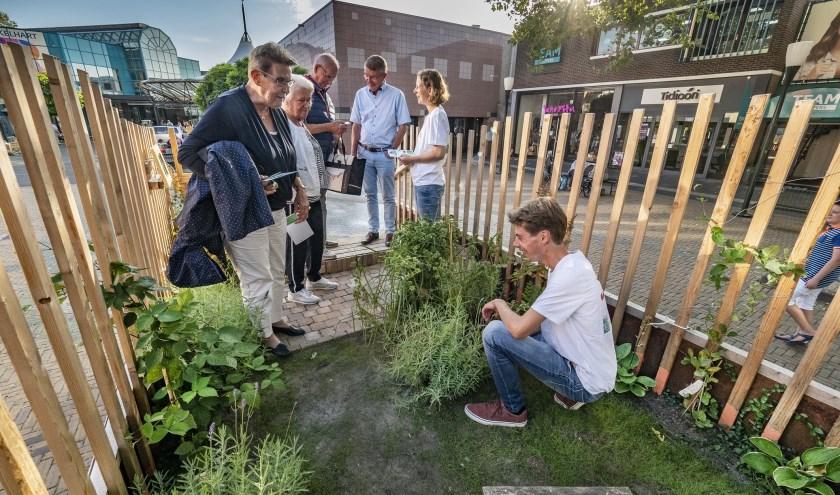 Geanimeerde gesprekken in de mobiele groene tuin op het Sint Jorisplein (Foto: Jos Wesdijk)