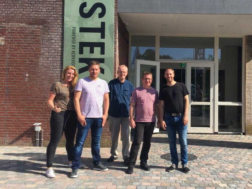 De werkgroep van Beursvloer de Liemers is blij met hun nieuwe 'Stek'. Vlnr: Audrey Jeurissen (Liemerse Uitdaging), Frank Godschalk (Caleidoz), Martien ten Hoeve (Welcom), Theo van Diggelen (KerkvoorNu) en Bart Hoesté (Mikado).