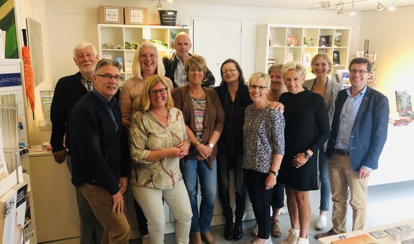 Vrijwilligers van de VVV samen met wethouder Henk Bulten (rechts).