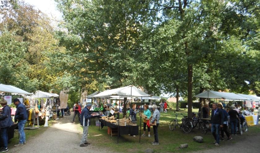 Op het terrein voor de eeuwenoude Stifskerk is op Open Monumentendag een Provençaalse Markt te bezoeken.