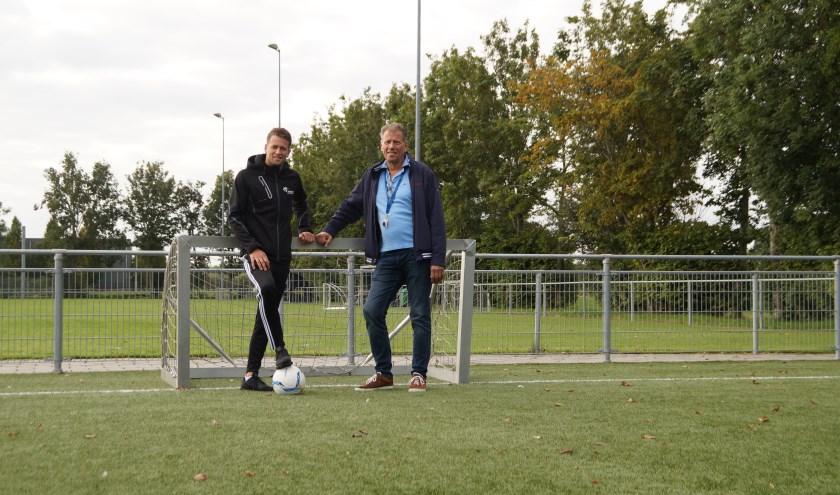 Nick Linnenbank, buurtsportcoach van Welzijn Bommelerwaard en Alfons Comans. Samen trekken zij de kar van het walking football.