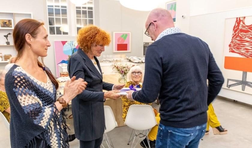 Marijke de Kler ontvangt 1e exemplaar van kunstboek Intens uit handen van Rick Hulshof.