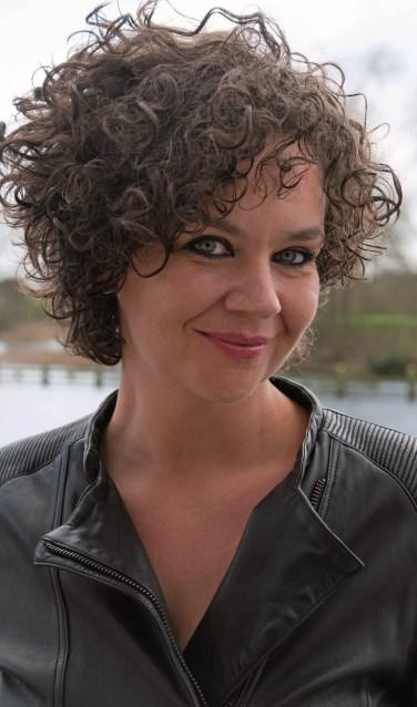 De energieke, stoere en genadeloos grappige Sara Kroos is een van de cabaretiers die met haar nieuwste show naar het Isala Theater komt.