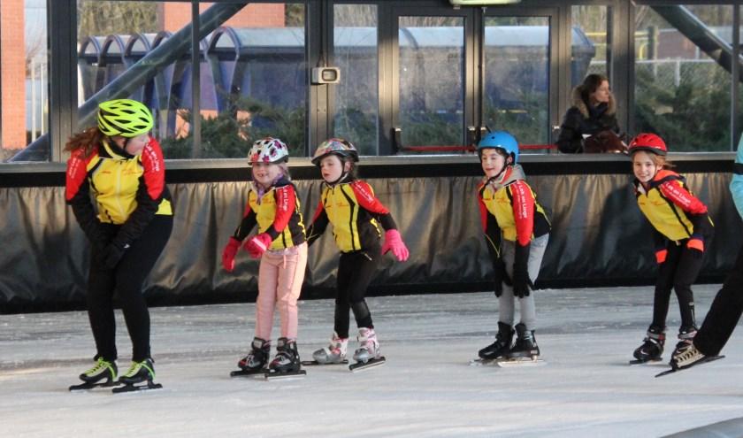 De jeugd kan weer de eerste slagen op het ijs gaan maken