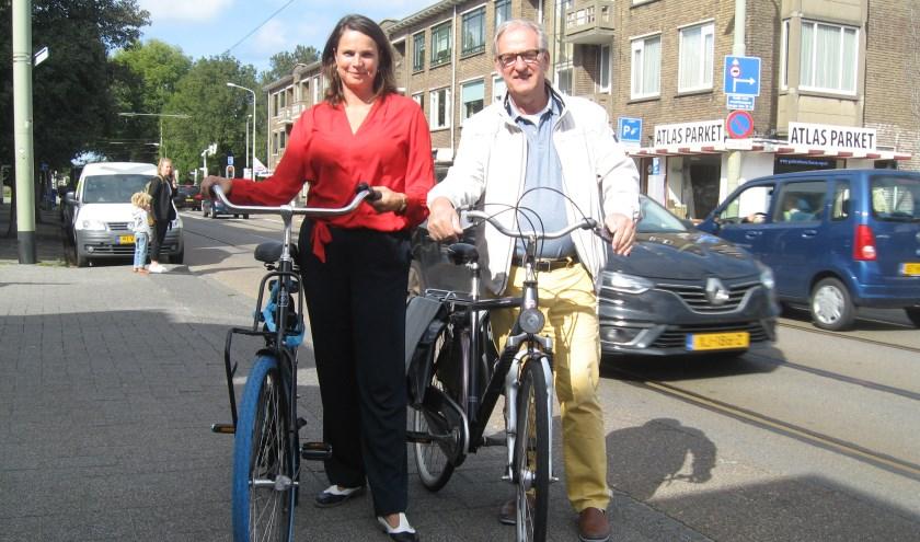 Raadslid Marieke van Doorn en bewoner Arnold van der Heijden pleiten voor snelle maatregelen om de veiligheid van de fietser de verhogen.