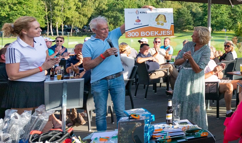 De Veldhovense Golfdag ten gunste van Team KinG, heeft voor de troostkoffertjes 300 boekjes opgeleverd. FOTO: Melvin van Liebergen.