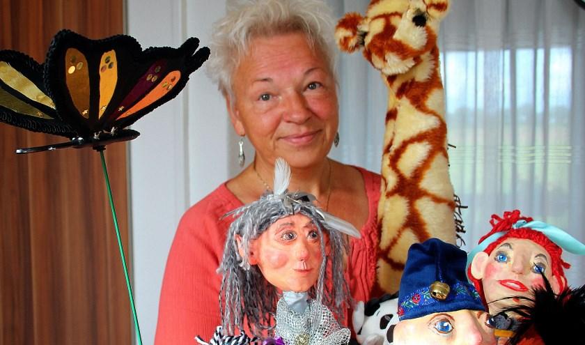 Poppenspeelster Marina Molenaar met een mand vol 'lievelingen'. (Foto: Koos Romeijn)