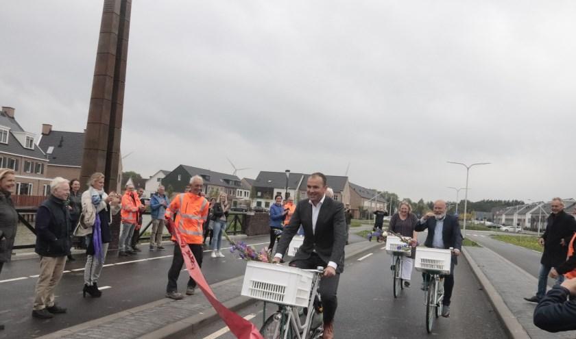 Wethouder Collin Stolwijk passeert als eerste het lint dat garant stond voor de opening van de brug van Laan van Parijsch met papklokkentoren.