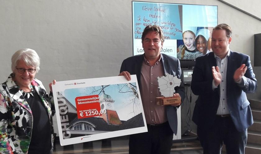 Lonneker Molen-voorzitter Geertjan Takkenkamp en pr-dame Ans Purmer ontvangen uit handen van Jeroen Diepemaat de prijzen.