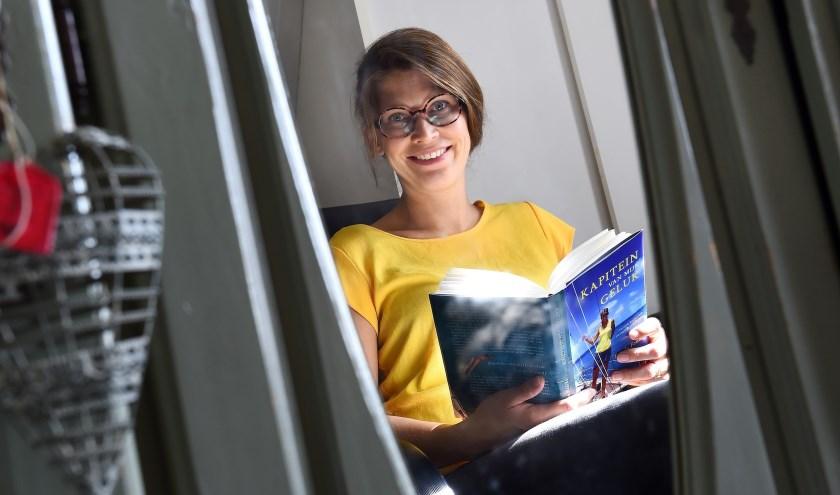 Frieda Fennell met haar boek 'Kapitein van mijn geluk'. (foto: Roel Kleinpenning)