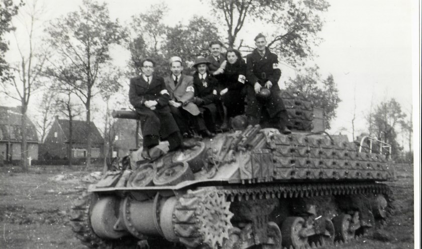 Deze EHBO groep op de Houtse heuvel heeft zich tijdens en na de bevrijding enorm ingespannen om de gewonde inwoners van Den Hout te verzorgen.